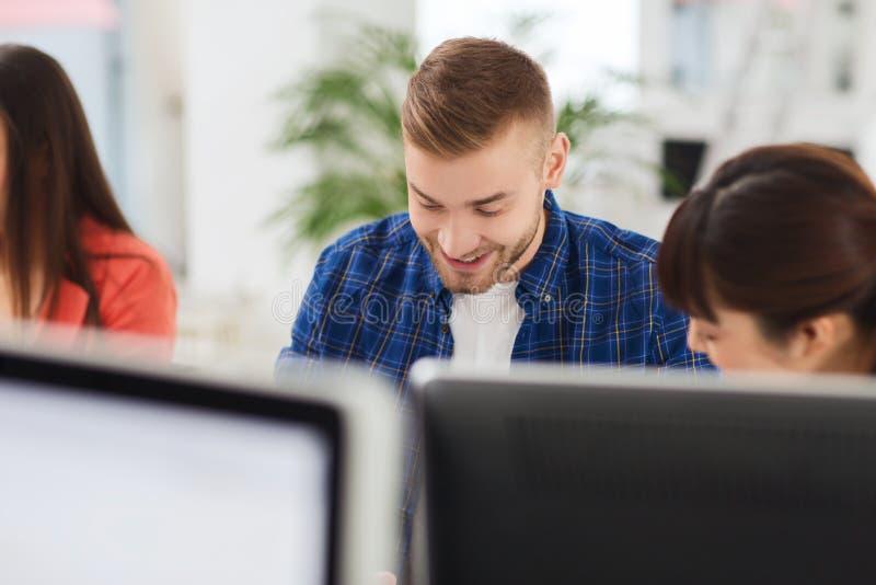 工作在办公室的愉快的创造性的队或学生 免版税库存图片