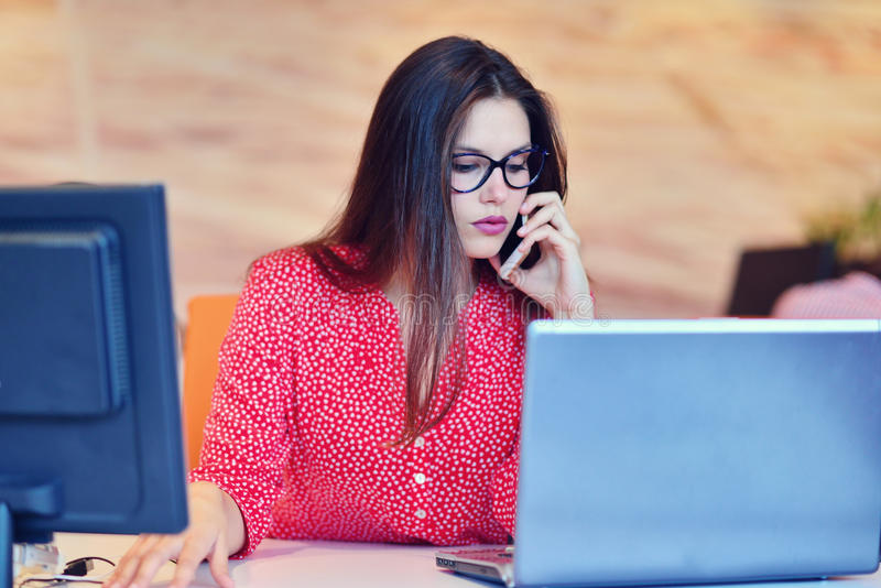 工作在办公室的成功的女商人 库存照片