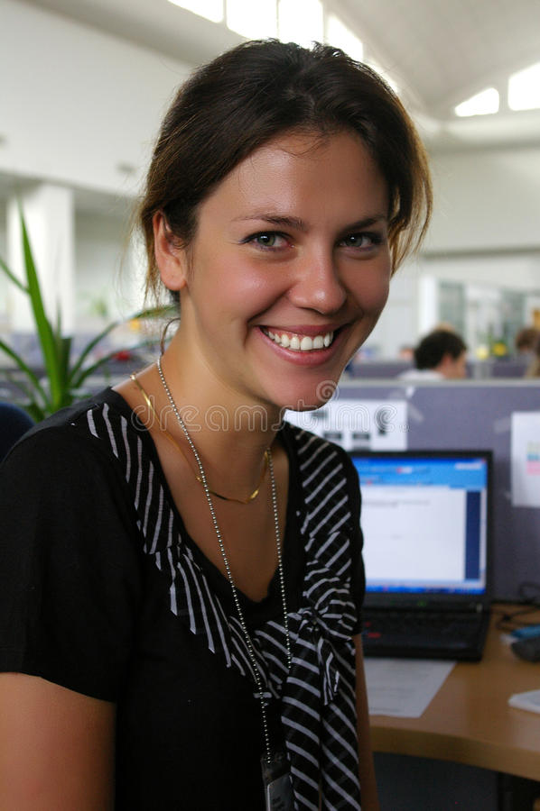工作在办公室的成功的女商人 免版税库存照片
