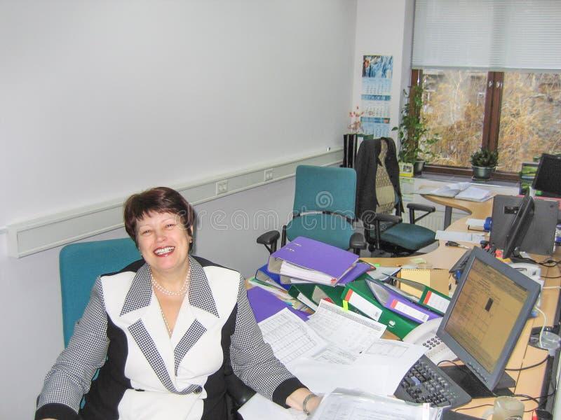 工作在办公室的成功的成熟的商业妇女 免版税库存图片