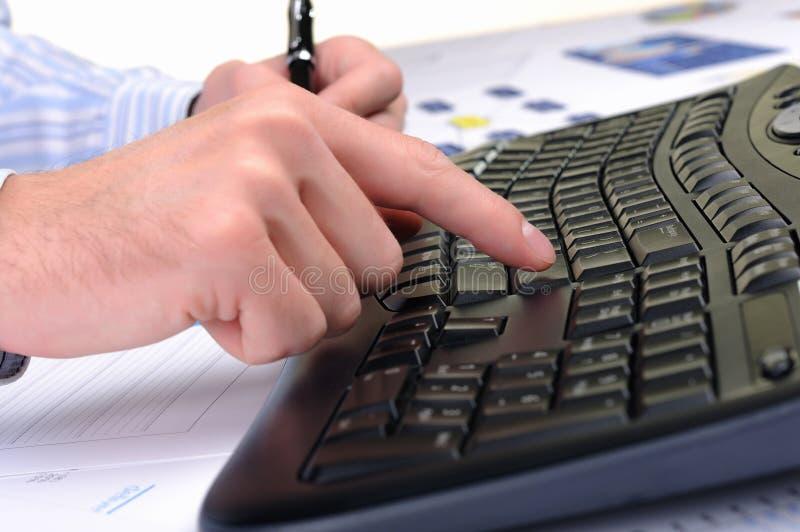 工作在办公室的新商人 免版税库存图片