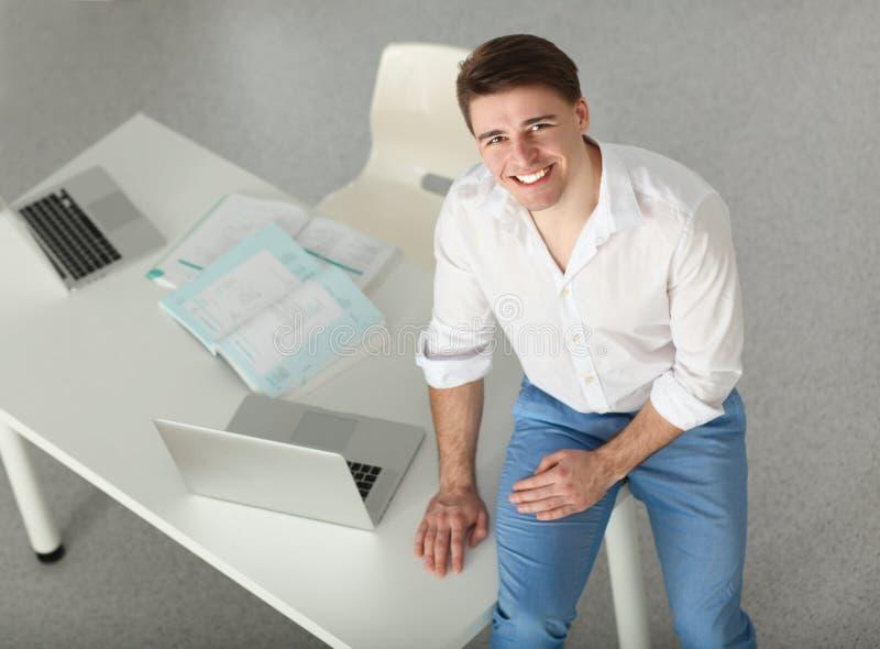 工作在办公室的新生意人,坐在服务台 库存图片