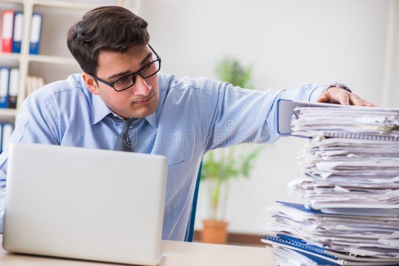 工作在办公室的极端繁忙的商人 免版税库存照片