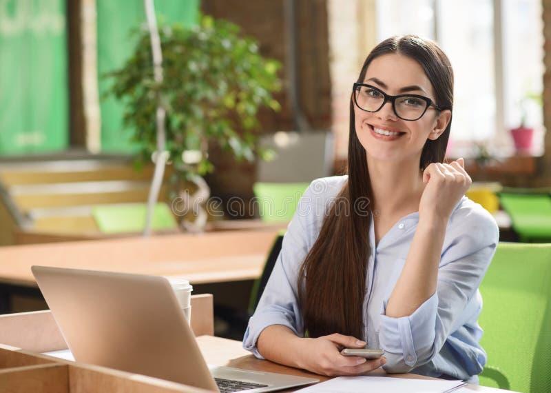 工作在办公室的正面女孩 免版税库存照片