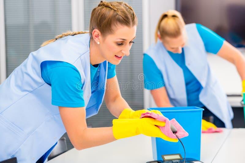 工作在办公室的清洁女工 免版税图库摄影