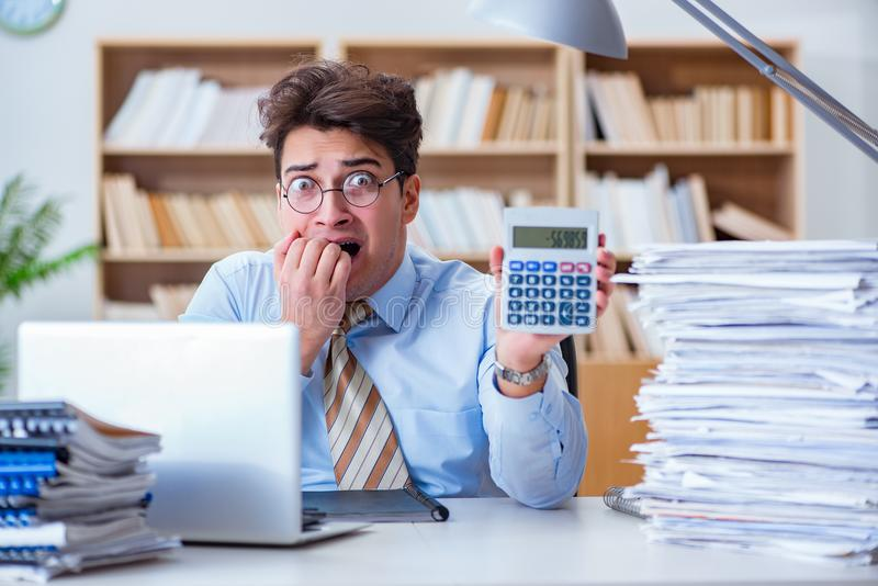 工作在办公室的滑稽的会计簿记员 库存图片