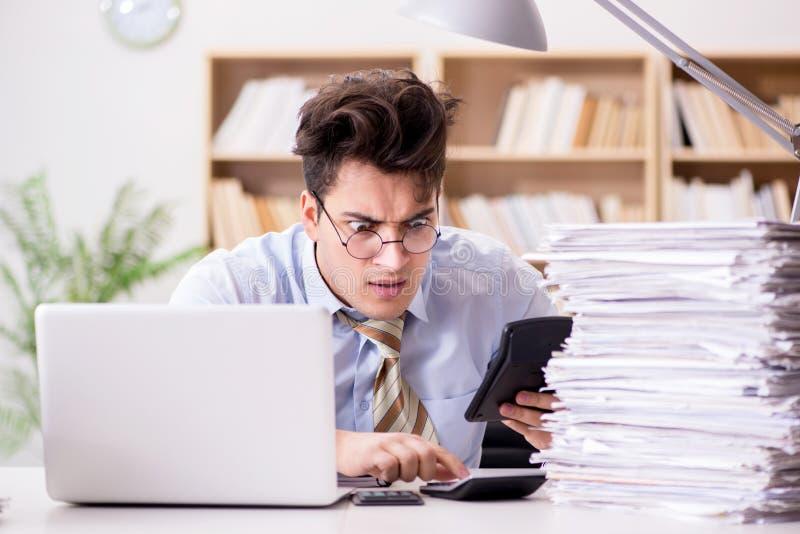 工作在办公室的滑稽的会计簿记员 免版税库存图片
