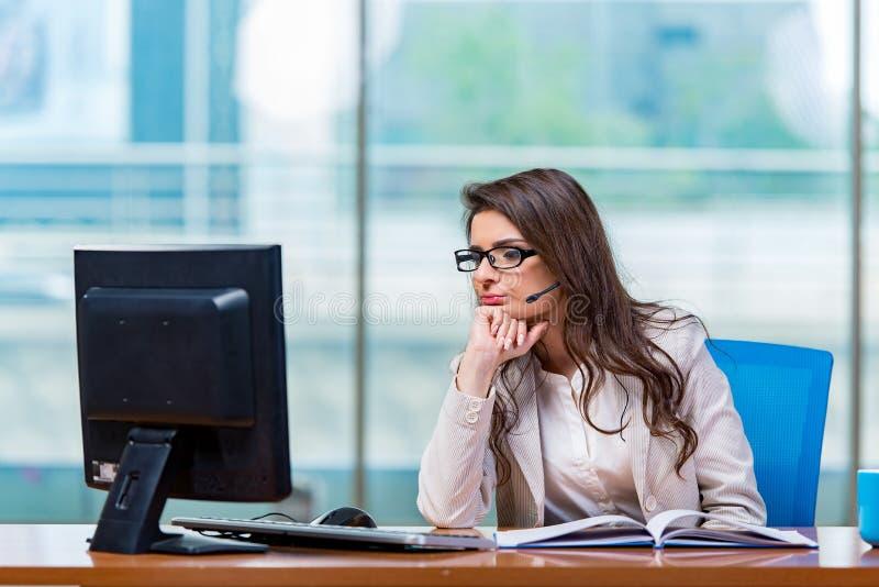 Download 工作在办公室的电话中心操作员 库存照片. 图片 包括有 辅助, 秘书, 经理, 执行委员, 接收, 运算符 - 72362468