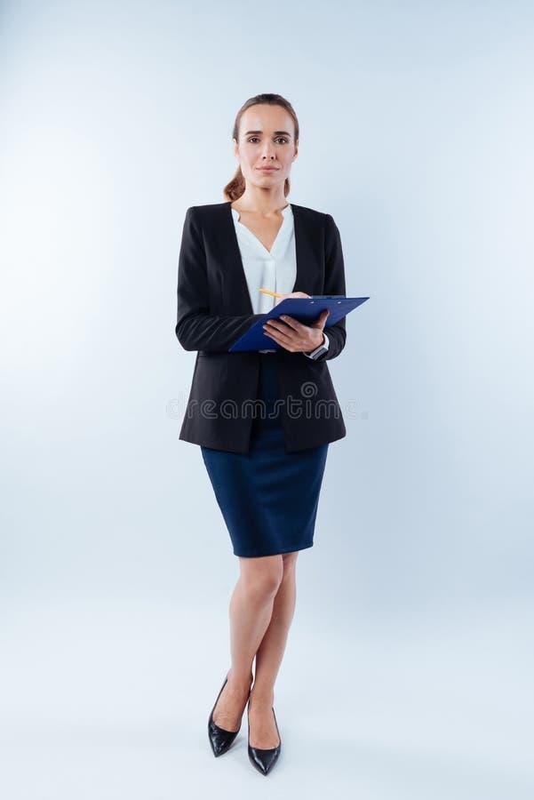 工作在办公室的确信的聪明的女实业家 库存照片