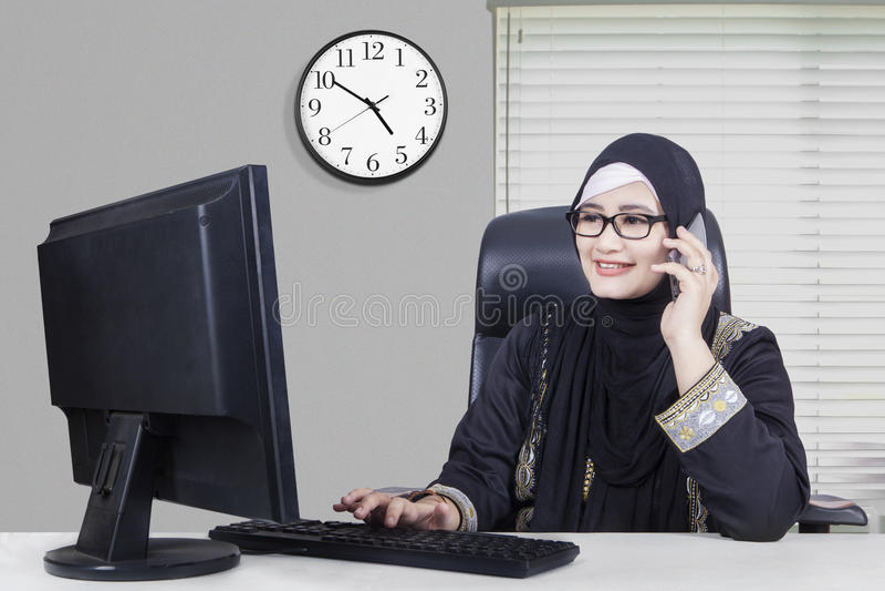 工作在办公室的阿拉伯女实业家 免版税库存图片