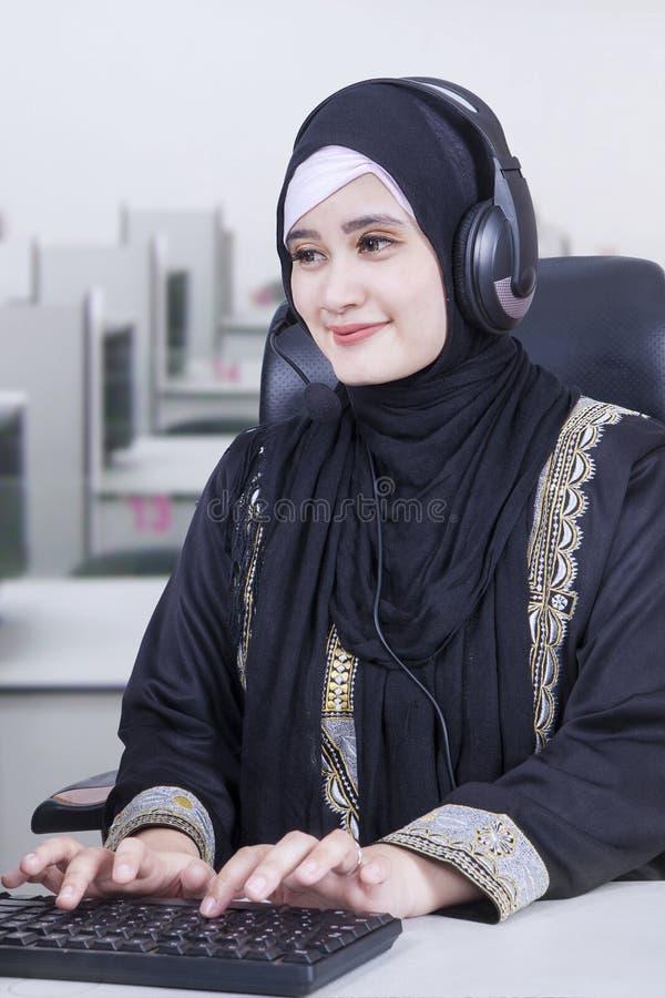 工作在办公室的阿拉伯操作员 免版税库存图片