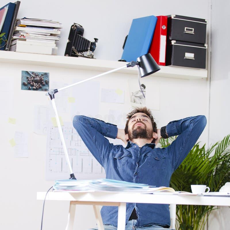 工作在办公室的年轻创造性的设计师人。 免版税库存照片