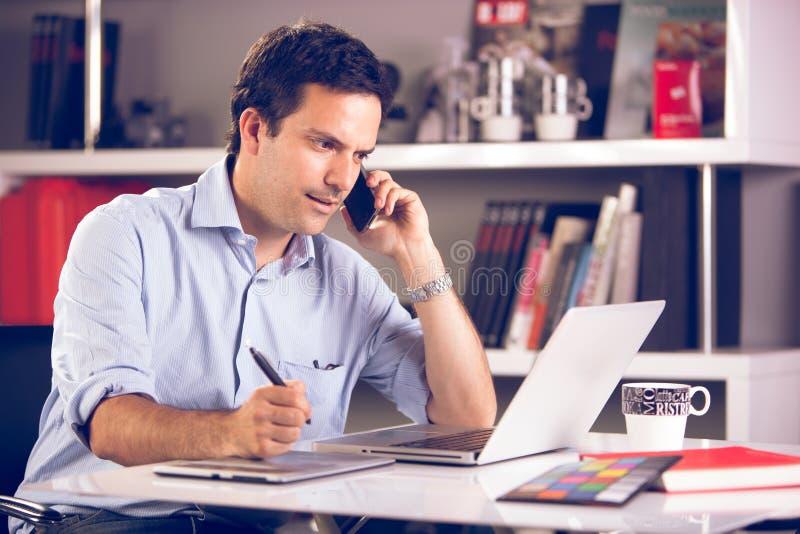 工作在办公室的年轻设计师 免版税库存图片