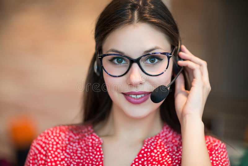 工作在办公室,特写镜头的年轻女性技术支持调度员 库存图片