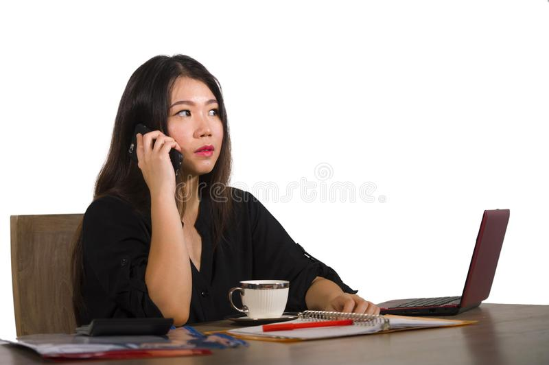 工作在办公计算机书桌的年轻美丽和繁忙的亚裔中国女实业家公司公司画象集中了  库存照片