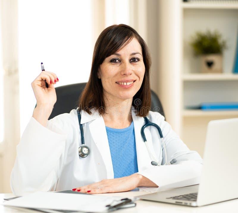 工作在医疗专门技术和搜寻关于膝上型计算机的女性医生信息在医院办公室 库存照片