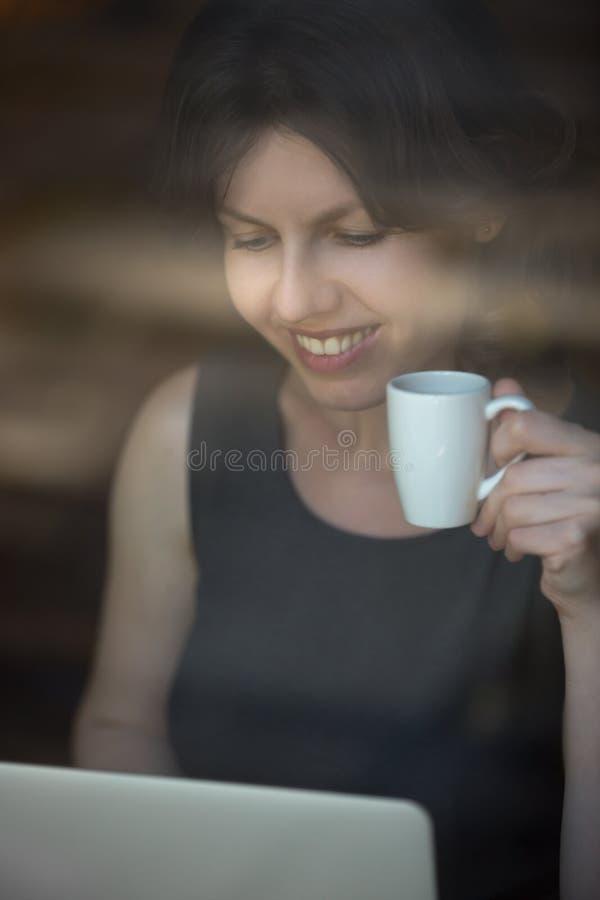 工作在午餐期间的快乐的妇女 免版税库存图片