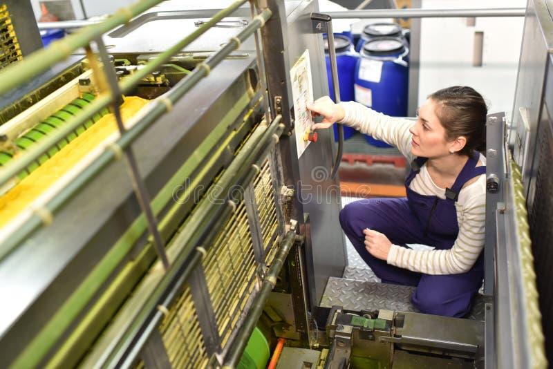 工作在印刷业的妇女 免版税图库摄影