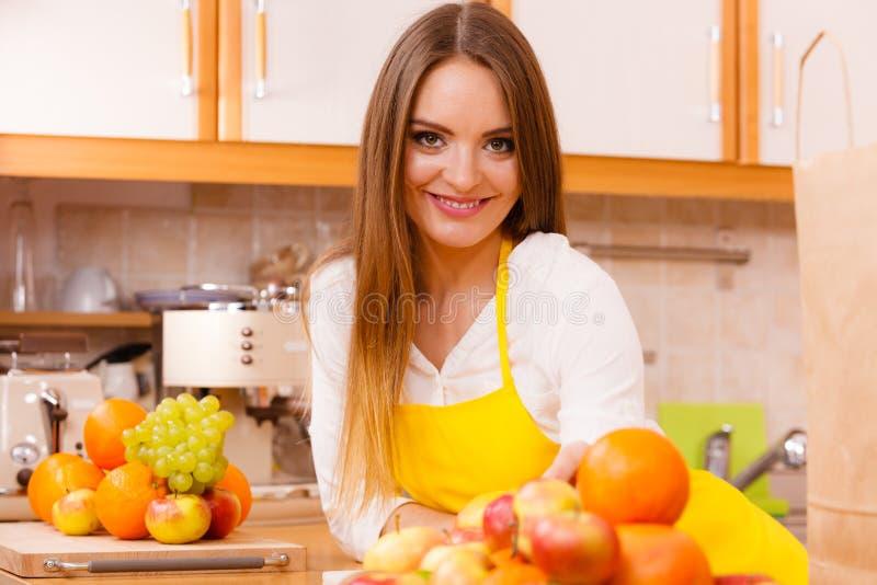 工作在厨房里的女性厨师 免版税库存图片