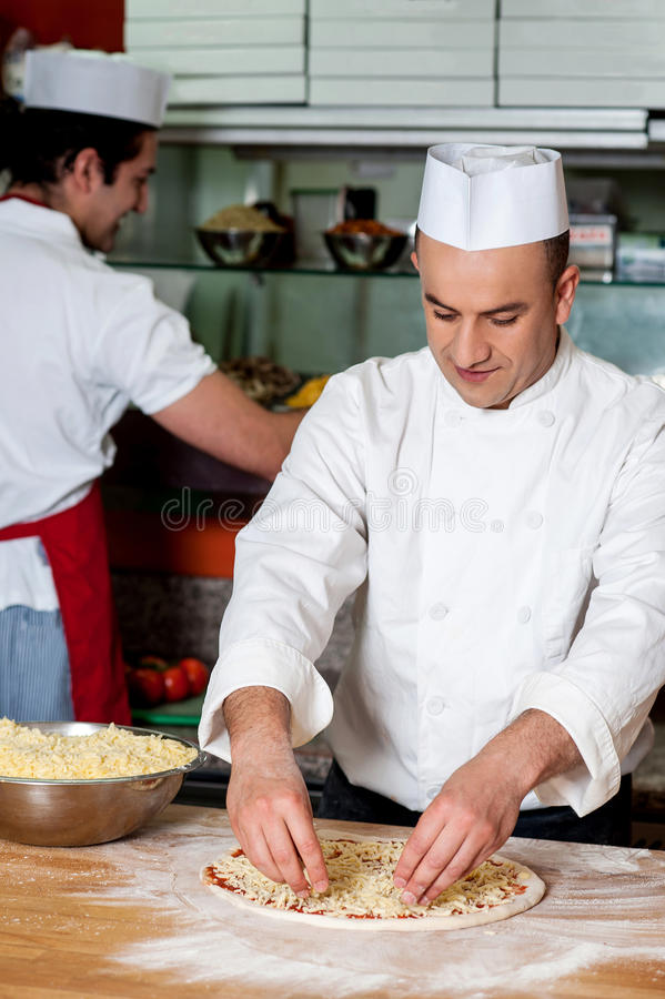 工作在厨房里的男性厨师 免版税图库摄影