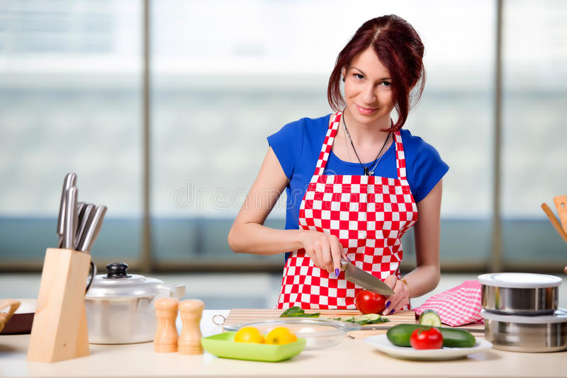 工作在厨房里的年轻厨师 免版税库存图片