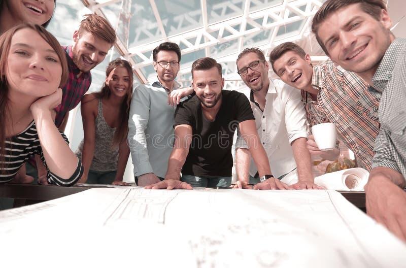 工作在合作的小组年轻建筑师 免版税库存照片