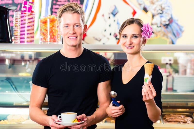 工作在咖啡馆的冰淇凌卖主和侍者 免版税库存图片