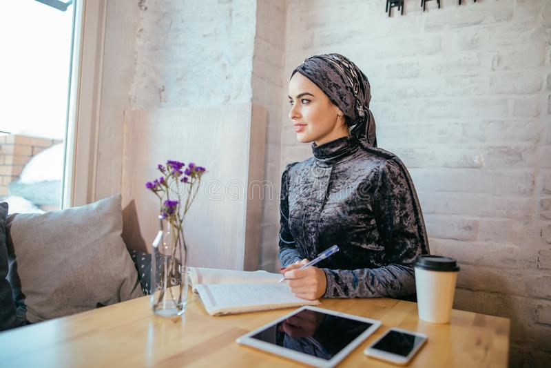 工作在咖啡馆的回教妇女 图库摄影