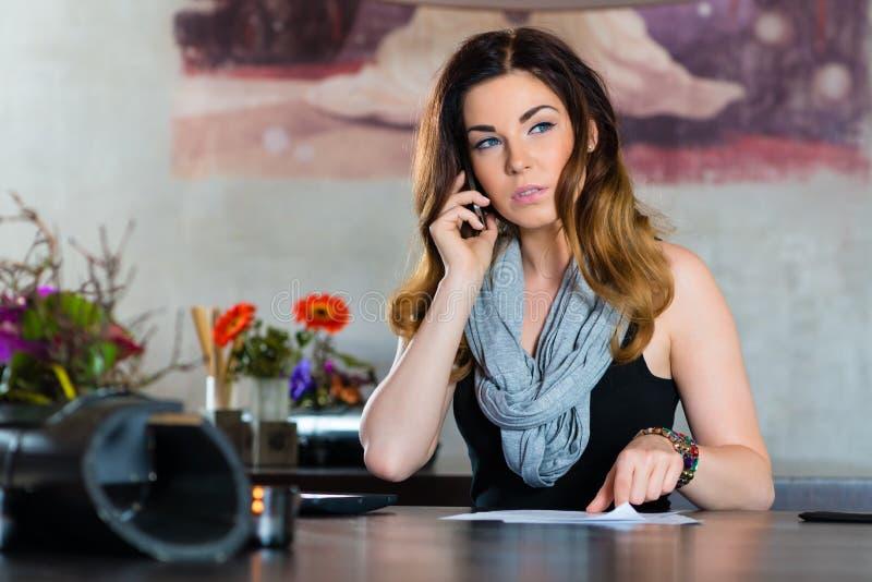 工作在咖啡馆的学生或女实业家 免版税库存图片