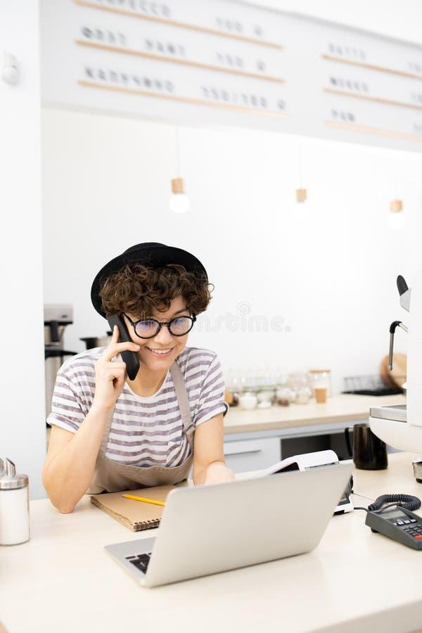 工作在咖啡馆的正面夫人企业家 免版税库存照片