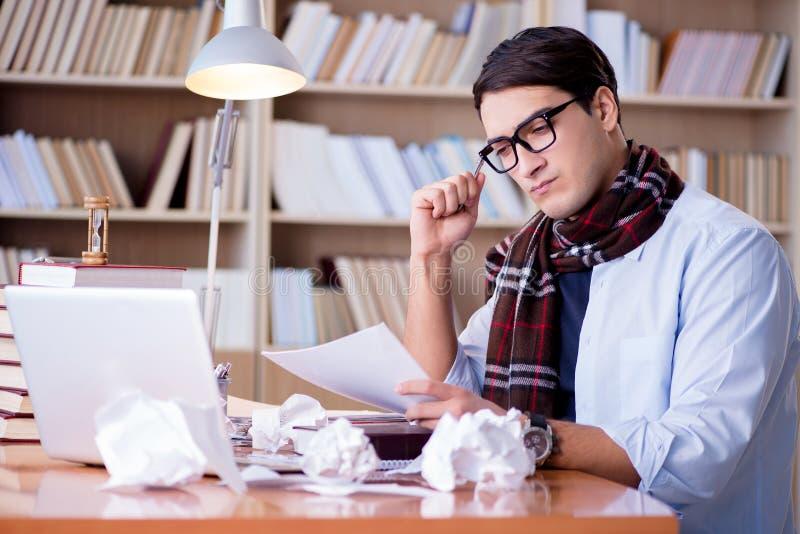 工作在图书馆里的年轻作家 免版税库存照片