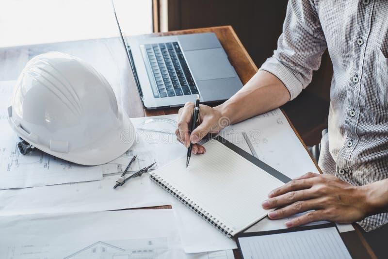 工作在图纸的工程师或建筑师,工程师的建筑和结构概念与设计工具一起使用为 库存图片