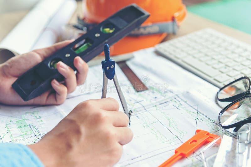 工作在图纸的顶视图建筑师 建筑师工作场所 工程师工具和安全控制,图纸,统治者,橙色舵 库存图片