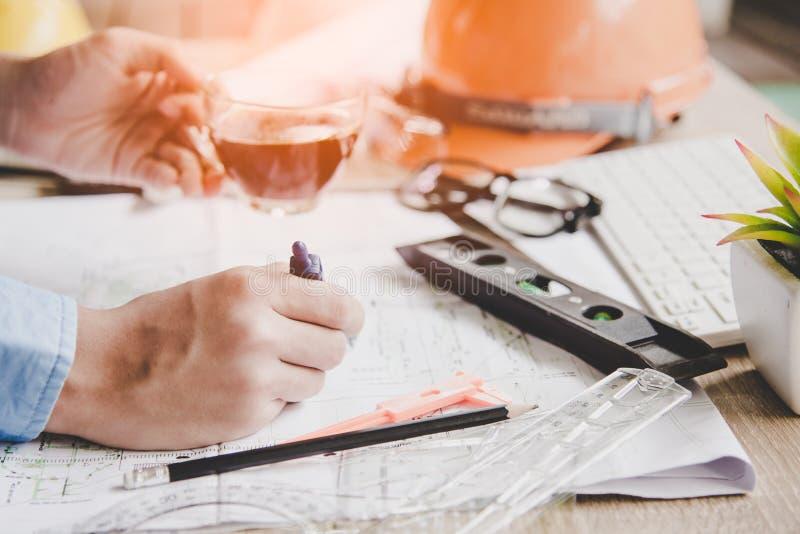 工作在图纸的顶视图建筑师 建筑师工作场所 设计工具和安全控制,图纸,统治者,橙色舵 免版税图库摄影