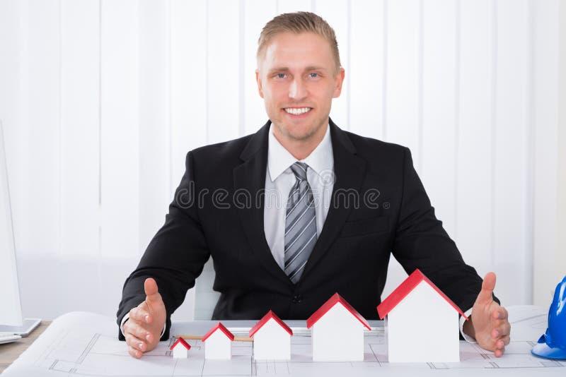 工作在图纸的年轻男性建筑师 免版税图库摄影