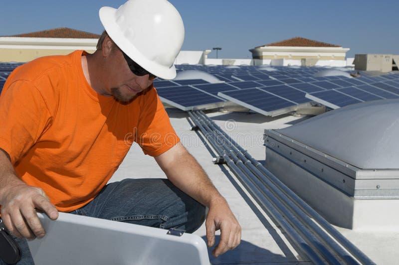 工作在太阳能发电厂的工程师 库存照片
