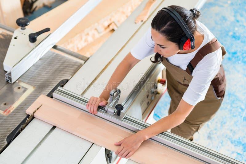 工作在她的车间的木匠妇女 免版税库存图片