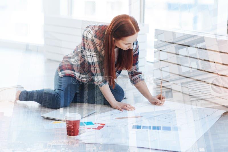 工作在她的项目的被集中的少妇 库存图片