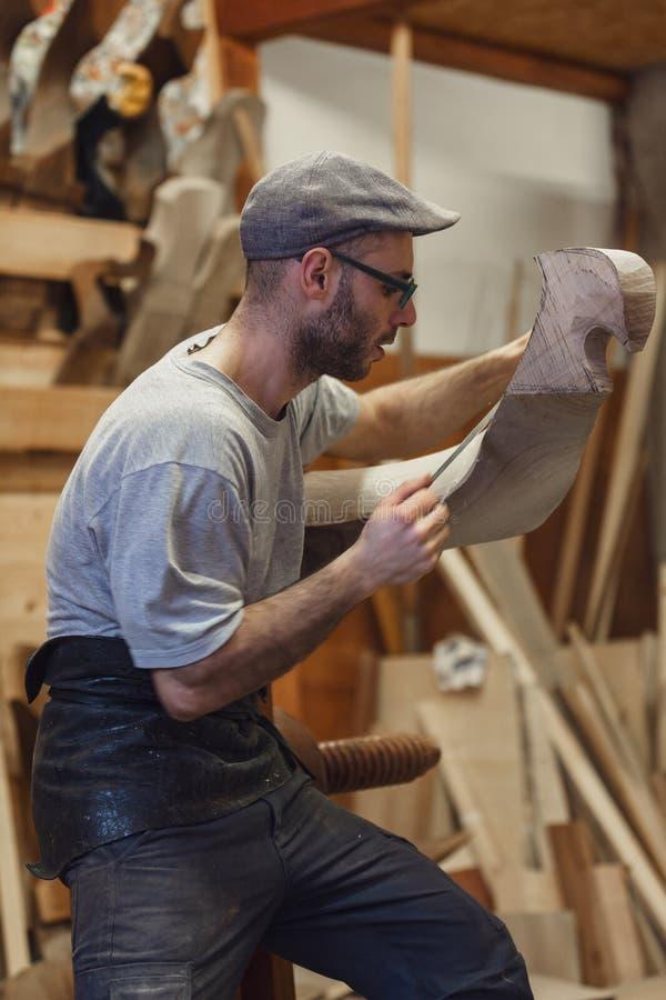 工作在威尼斯式长平底船的木forcola的木匠 免版税图库摄影