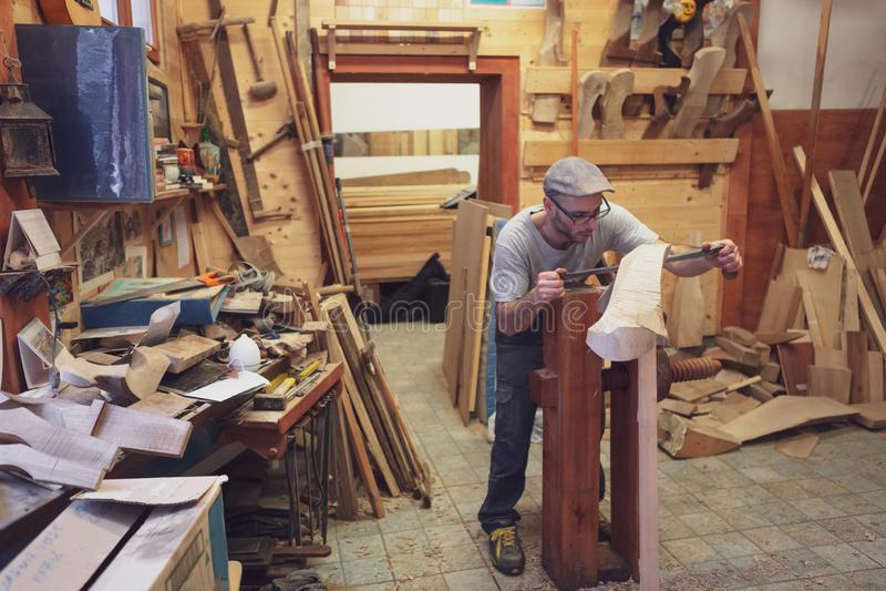 工作在威尼斯式长平底船的木forcola的木匠 库存图片