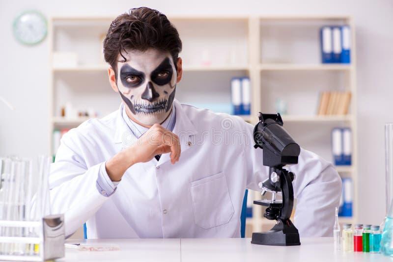 工作在实验室的可怕妖怪医生 免版税图库摄影