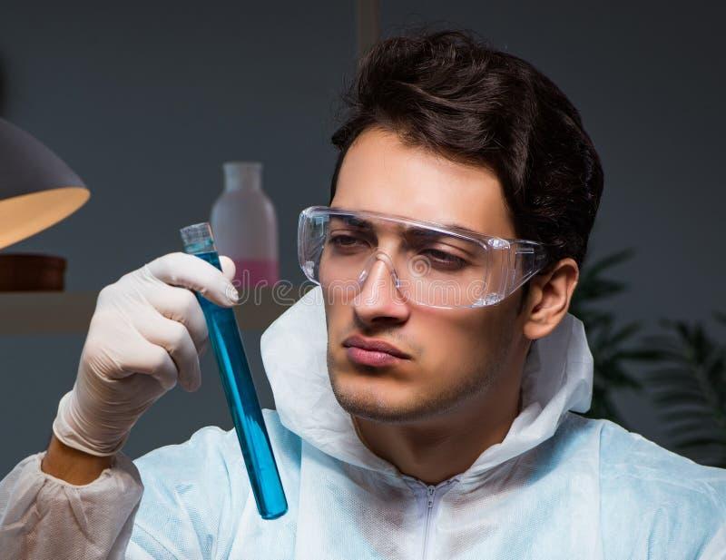 工作在实验室的法庭调查员寻找证据 免版税图库摄影
