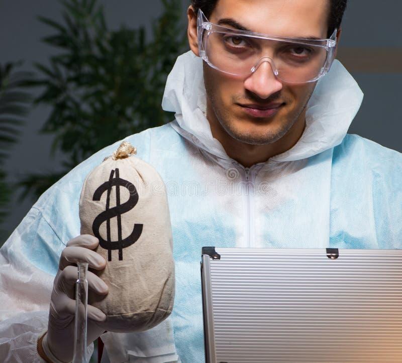 工作在实验室的法庭调查员寻找证据 免版税库存照片