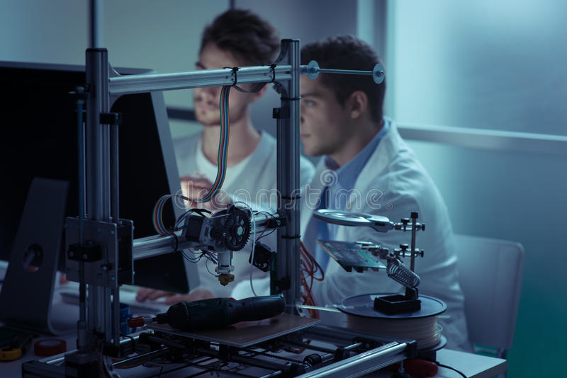 工作在实验室里的工程学学生 免版税库存照片