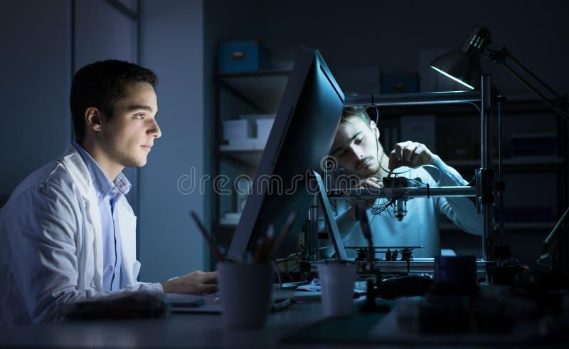 工作在实验室里的工程学队 库存照片
