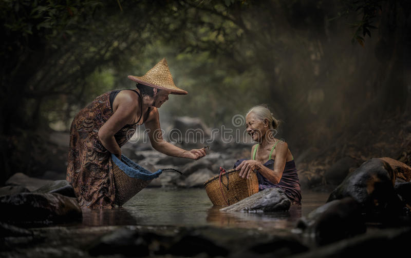 工作在小瀑布的老亚裔妇女 免版税库存图片