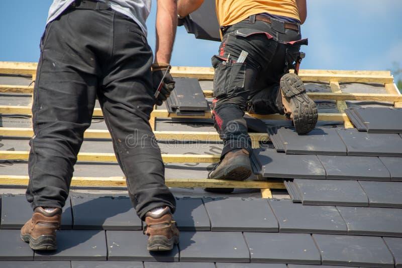 工作在屋顶的两位木匠 图库摄影