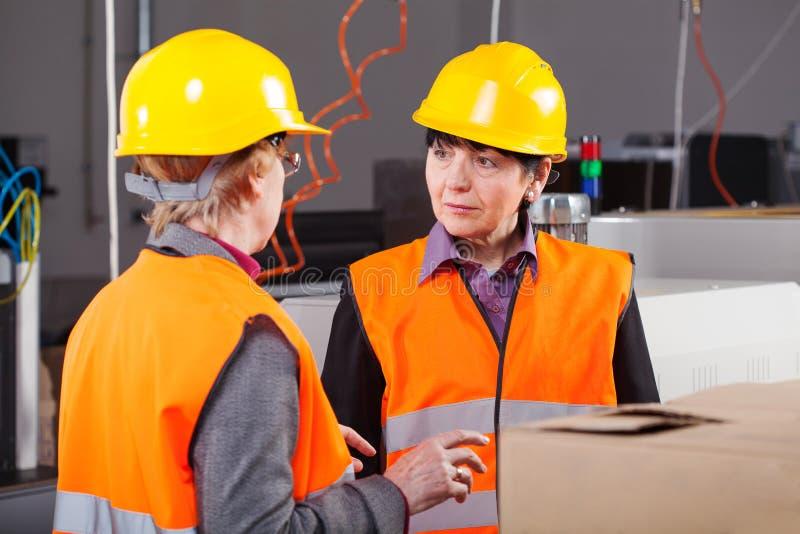 工作在工厂的妇女 免版税库存照片