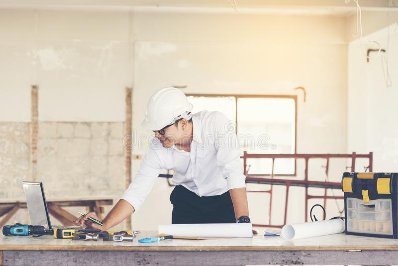 工作在工地工作的英俊的工程师 o 免版税库存照片
