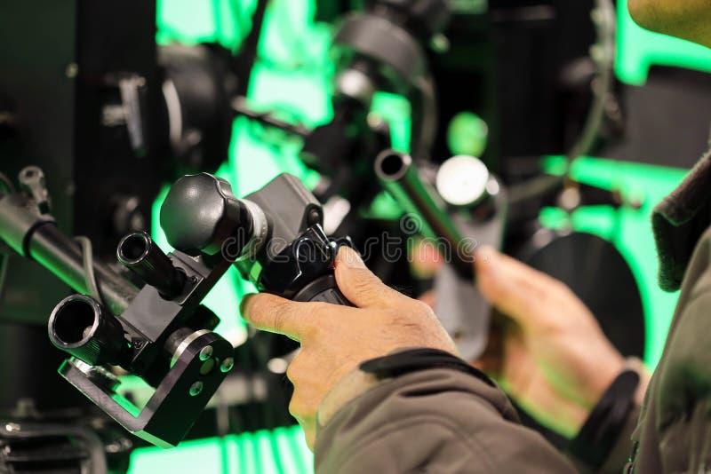 工作在广播电视绿色屏幕演播室r的摄影师 免版税库存照片